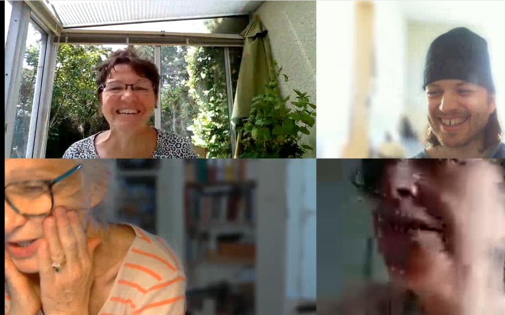 Image d'écran d'ordinateur avec 4 visages dans chaque fenêtre.